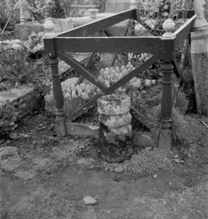 Bénitier contenant un bol, collectage de la mission Basse-Bretagne de 1939 |