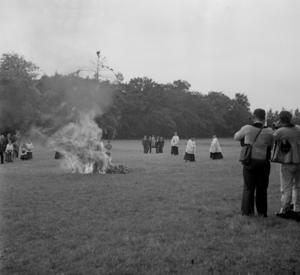 Procession de sainte Anne : Le Mouilleür et Danvic jouent pendant que l'arbre se consume, collectage de la mission Basse-Bretagne de 1939 |