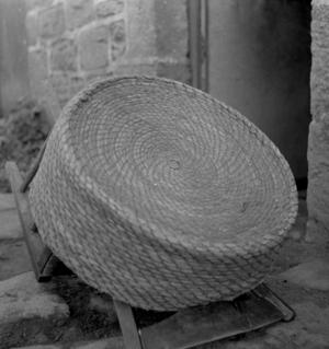 Vannerie recouvrant les crêpes froides pour les garantir des mouches, collectage de la mission Basse-Bretagne de 1939 |