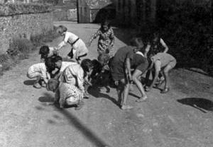 Sortie du baptême de Jean-Louis Autret : les enfants ramassent la monnaie jetée par le parrain, collectage de la mission Basse-Bretagne de 1939 |