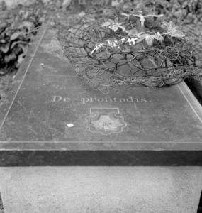 Cimetière : bénitier en forme de coquille saint-Jacques, collectage de la mission Basse-Bretagne de 1939 |