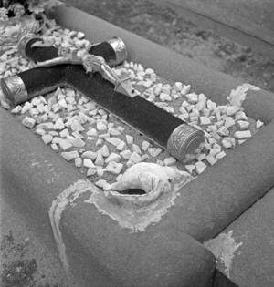 Cimetière : une coquille naturelle cimentée sur la tombe, collectage de la mission Basse-Bretagne de 1939 |