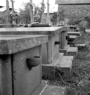 Cimetière : série de tombes possédant des bénitiers de granit, collectage de la mission Basse-Bretagne de 1939 |