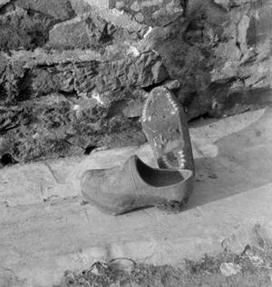Sabots cloutés et maintenus par deux fils de métal tordus ensemble, collectage de la mission Basse-Bretagne de 1939 |