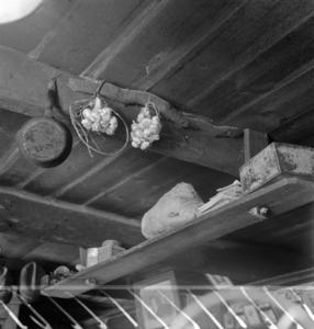 Des provisions au plafond chez Monsieur Le Bris, collectage de la mission Basse-Bretagne de 1939 |