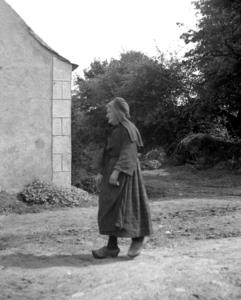 Une des femmes du hameau, collectage de la mission Basse-Bretagne de 1939 |