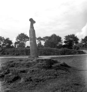 Ancien menhir transformé en calvaire, collectage de la mission Basse-Bretagne de 1939 |