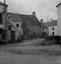 maisons et puits d'une rue aboutissant à la place de l'église ; 17 juillet à 12h ; Surzur ; place de l'église ; [photo originale 3]