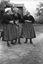 trois danseuses ; à g. Mme Marie Le Gac, à d. Mme Mercier ; 16 juillet à 16h30 ; Surzur ; cour du presbytère ; [photo originale 24]
