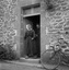 Mme Cécile Trévédic sortant de chez M. Le Gallic ; 17 juillet à 17h10 ; Surzur ; Kerlann ; [photo originale 68]