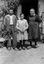de g. à d. : M. Joachim Le Quintrec, la petite Reine Le Quintrec et Mlle Françoise Sanson ; 21 juillet à 12h30 ; Surzur ; Kerlis ; [photo originale 96]
