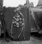 bouquet de conscrit, fabriqué par Mme Le Quintrec et donné au MNATP (fleurs en bois effilé enfoncées dans une armature en bois) ; 21 juillet à 11h ; Surzur ; Kerlis ; [photo originale 100]