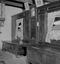 des lits-clos et sur le coffre du fond, un attrappe-mouches en verre ; 23 juillet à 17h ; Theix ; Le Moustoir ; [photo originale 116]
