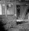 l'étable (on voit le corridor dont la porte donne dans la salle et l'échelle qui conduit au grenier ; remarquer la forme échancrée des stalles) ; 23 juillet à 17h15 ; Theix ; Le Moustoir ; [photo originale 119]