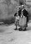 noce de Thérèse Jégo, les filles d'honneur ; 25 juillet à 9h45 ; Surzur ; place de l'église ; [photo originale 41]