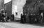 noce de Thérèse Jégo ; le cortège pénètre dans la chapelle ; le marié donne le bras à la première fille d'honneur ; 25 juillet à 11h15 ; Surzur ; devant la chapelle de la Vierge ; [photo originale 43]