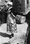 noce de Thérèse Jégo ; halte entre deux danses ; 25 juillet à 12h ; Surzur ; devant la chapelle de la Vierge ; [photo originale 48]