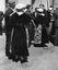 noce de Thérèse Jégo ; halte entre deux danses ; 25 juillet à 12h15 ; Surzur ; dans une rue du bourg ; [photo originale 50]