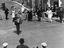 noce de Thérèse Jégo ; ridée avec le sonneur au centre, devant le débit de Mme Le Gall, tante de la mariée ; 25 juillet à 12h30 ; Surzur ; place de l'église, du 1er ét. de la maison de Mme Pierre ; [photo originale 53]
