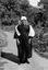 Mme Jeanne-Louise Peuvion, en 'capot' blanc ; 31 juillet à 16h15 ; Brandérion ; cours du presbytère ; [photo originale 157]