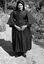 Mme Jeanne-Louise Peuvion, en 'capot' noir d'hiver ; 31 juillet à 16h15 ; Brandérion ; cours du presbytère ; [photo originale 159]