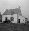 la maison de Mme Dréau devant laquelle est garée la voiture de la mission en batterie pour les enregistrements ; 03 août à 10h30 ; Penmarc'h ; Loch-de-la-Joie ; [photo originale 196]