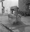 puits auquel a été raccordé une fontaine moderne ; 14 août à 19h30 ; Le Faouët ; [photo originale 276]