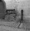 puits dont la pierre faîtière a été remplacée par un auvent métallique ; 14 août à 19h30 ; Le Faouët ; [photo originale 277]