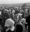 la foule à la procession : au 1er plan à g., coiffe de Guern ; à d. coiffe de Guéméné-sur-Scorff ; 15 août à 15h ; Guern ; Notre-Dame de Quelven ; [photo originale 328]