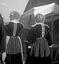 femmes revenant du pardon ; 15 août à 17h ; Guern ; Notre-Dame de Quelven ; [photo originale 337]