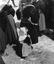 femmes et enfants revenant du pardon ; 15 août à 17h ; Guern ; Notre-Dame de Quelven ; [photo originale 341]