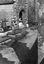 les enfants attendent la sortie du baptême de Jean-Louis Autret âgé de 24 heures ; 24 août à 16h ; Le Cloître-Pleyben ; [photo originale 415]