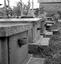 cimetière : série de tombes possédant des bénitier de granit ; 24 août à 16h30 ; Le Cloître-Pleyben ; [photo originale 421]